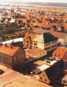 Schulstraße mit alter Schule