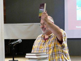 2. Vorsitzender Christian Mannek mit Buch