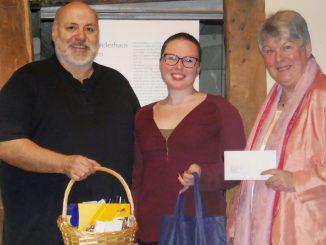 Katharina Gärtner überreicht Spende an den geschäftsführenden Vorstand