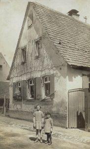 Hirschstr. Nr. 2 Kinder von Theodor Wippel Hilda ca. 8 J. und Karl 3 J., 1928