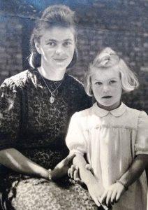 Helene Okomar mit Krimhilde, ca. 6 Jahre