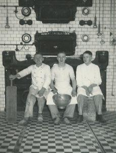 Helmut Okomar in der Mitte