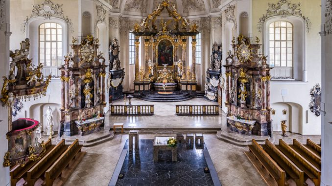 Bruchsal - Peterskirche / St. Peter - Von Innen / Von Norden - Blick von der Orgelempore in die Vierung und das südliche Längsschiff (aufgenommen im Mai 2019, am frühen Nachmittag)