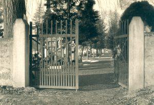 Eingangstor zum Stettfelder Friedhof um 1955