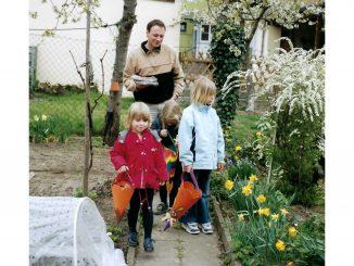 Ostern 2003. Von li. n. rechts Franziska, Stefanie, Carolin Herzog mit Vater Ulrich beim Ostereiersuchen bei Oma und Opa in der Weiherer Brunnenstraße.